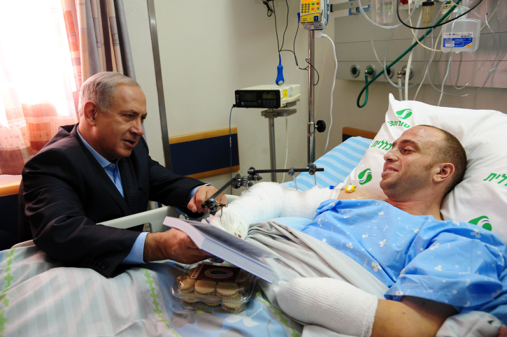 """PM Netanyahu visits IDF officer Captain Ziv Shilon, who was wounded in a terror attack on the Gaza border October 30 2012. Photo by Kobi Gideon / GPO/Flash90 *** Local Caption *** ????? ??? ?????? ?????? ?????? ??? ??? ?????, ???? ??""""? ????? ??? ???? ????? ?????? ???? ???"""