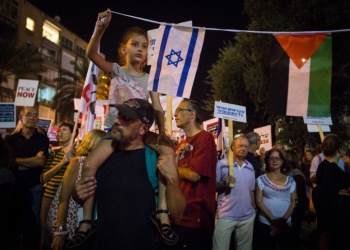 """Thousands of Israelis attend a march organized by the """"Peace Now"""" movement  from Rabin square to the IDF headquarters in Tel Aviv, against what they saw as the Israeli government's unwillingness to reach a final-status solution with the Palestinians and bring an end to the violence. October 24, 2015. Photo by Miriam Alster/FLASH90 *** Local Caption *** ???? ????? ???? ???? ?? ????"""