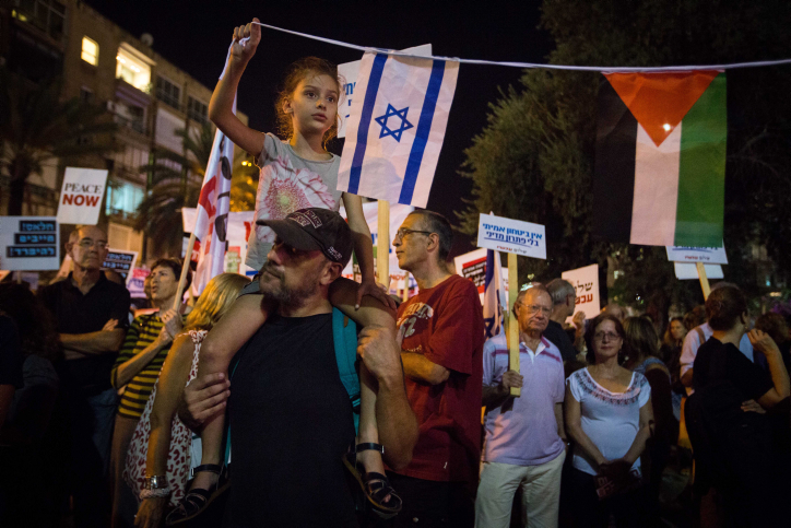 "Thousands of Israelis attend a march organized by the ""Peace Now"" movement  from Rabin square to the IDF headquarters in Tel Aviv, against what they saw as the Israeli government's unwillingness to reach a final-status solution with the Palestinians and bring an end to the violence. October 24, 2015. Photo by Miriam Alster/FLASH90 *** Local Caption *** ???? ????? ???? ???? ?? ????"
