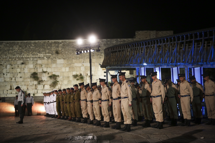 Israeli soldiers stand at attention and bow their heads as siren heard during a Memorial Day ceremony at the Western Wall, Judaism's holiest site, in Jerusalem's Old City, April 30, 2017, as Israel commemorates its fallen soldiers. Photo by Hadas Parush/Flash90 *** Local Caption *** ???? ???? ????? ??? ??? ?????? ??? ??????? ???? ?????? ????? ?????? ?????? ???? ???? ?????