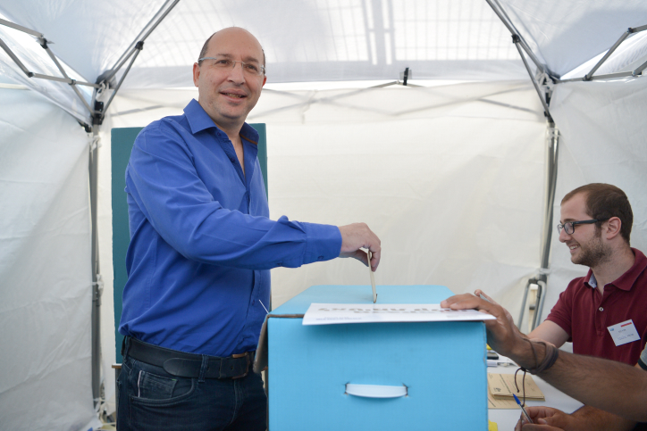 Histadrut organization chairman Avi Nissankoren arrives to vote for the Histadrut elections at a polling station in Tel Aviv, on May 23, 2017. Photo by Flash90 *** Local Caption *** ?????? ?????? ???????? ??? ???????? ?????