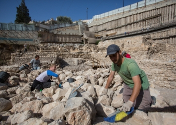 Archaeologists digging at a digging site of the remains of a citadel used by the Greeks more then 2,000 years ago to control the Temple Mount at the City of David near Jerusalem Old City on November 3, 2015, According to the Israeli Antiquities Authority the site was found under a parking lot a few years ago also know as Givati Parking Lot. Photo by Yonatan Sindel/Flash90 *** Local Caption *** ??? ??? ??????????? ?? ???? ????????? ?????? ??? ????? ???? ?????? ?????? ???? ??? ??????