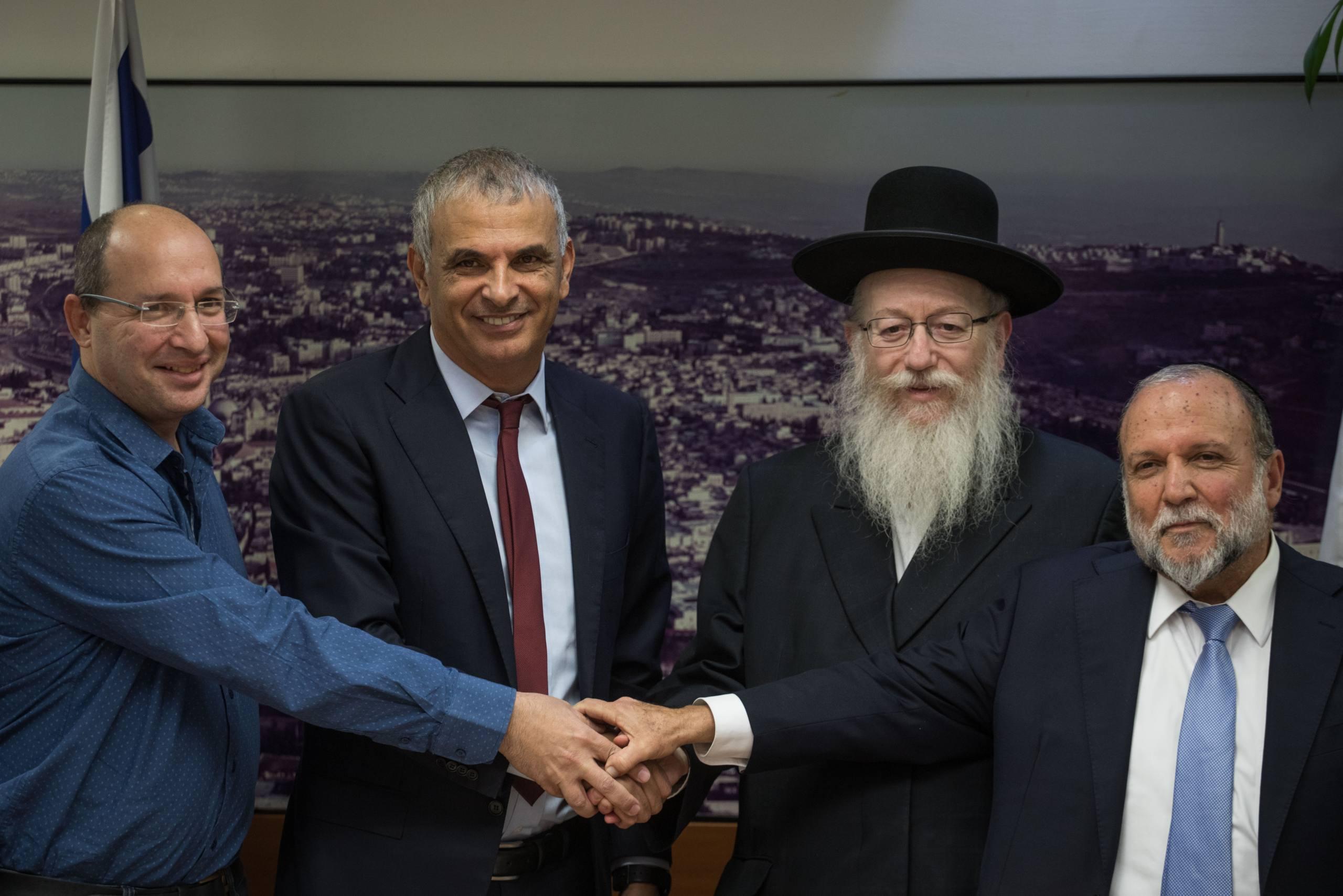 Finance Minister Moshe Kahlon and Health Minister Yaakov Litzman (C), Deputy Health Minister Itzhak Cohen (R), and Histadrut Chairman Avi Nissankoren (L), announce a reform in the budget given to nursing services for the elderly, during a press conference at the Finance Ministry in Jerusalem, on November 20, 2017. Photo by Hadas Parush/Flash90 *** Local Caption *** îùä ëçìåï ùîøã äàåöø ùø äàåöø ú÷öéá ùéøåúéí ñéòåãééí ñéòåã èéôåì æ÷ðéí æé÷ðä ÷ùéùéí éöç÷ ëäï àáé ðéñð÷åøï