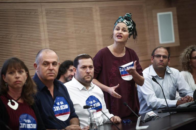 Shomron regional council head Yossi Dagan, Beit Arye regional council Avi Naim and Hadas Mizrahi, wife of Baruch Mizrahi who was murdered in a terror attack on November 5, 2017 at a meeting of the Finance committee in the Israeli parliament on November 6, 2017. Photo by Miriam Alster/Flash90 *** Local Caption *** àáé ðòéí äãñ îæøçé äúðçìåú ëáéùéí éåñé ãâï îàäì ëáéùéí éöç÷ àáåèáåì åòãú ëñôéí
