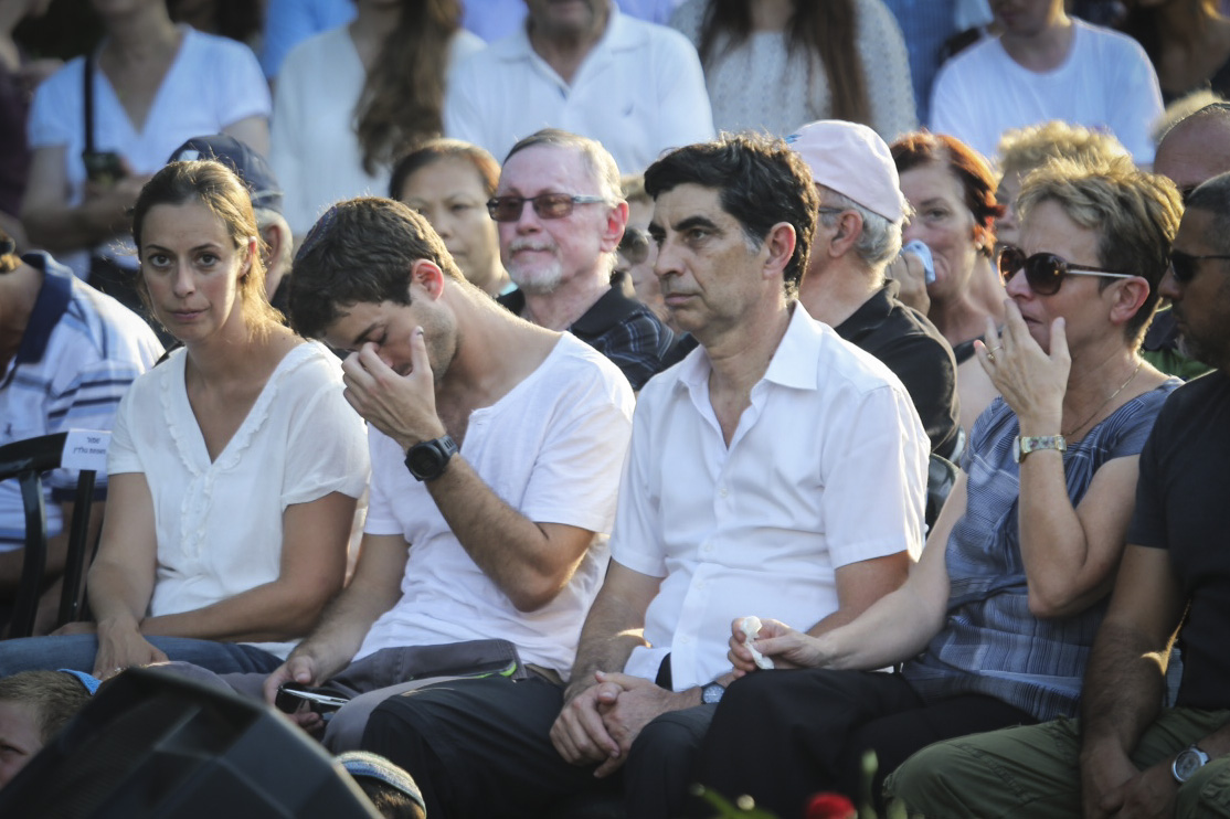 Parents and siblings of Hadar Goldin attend the memorial service marking two years since Goldin died in action during Operation Protective Edge in Gaza, at the Kfar Saba cemetery on August 9, 2016. Photo by Avi Dishi/Flash90 *** Local Caption *** îáöò öå÷ àéúï çééì ðäøâ äãø âåìãéï îùôçä àæëøä è÷ñ
