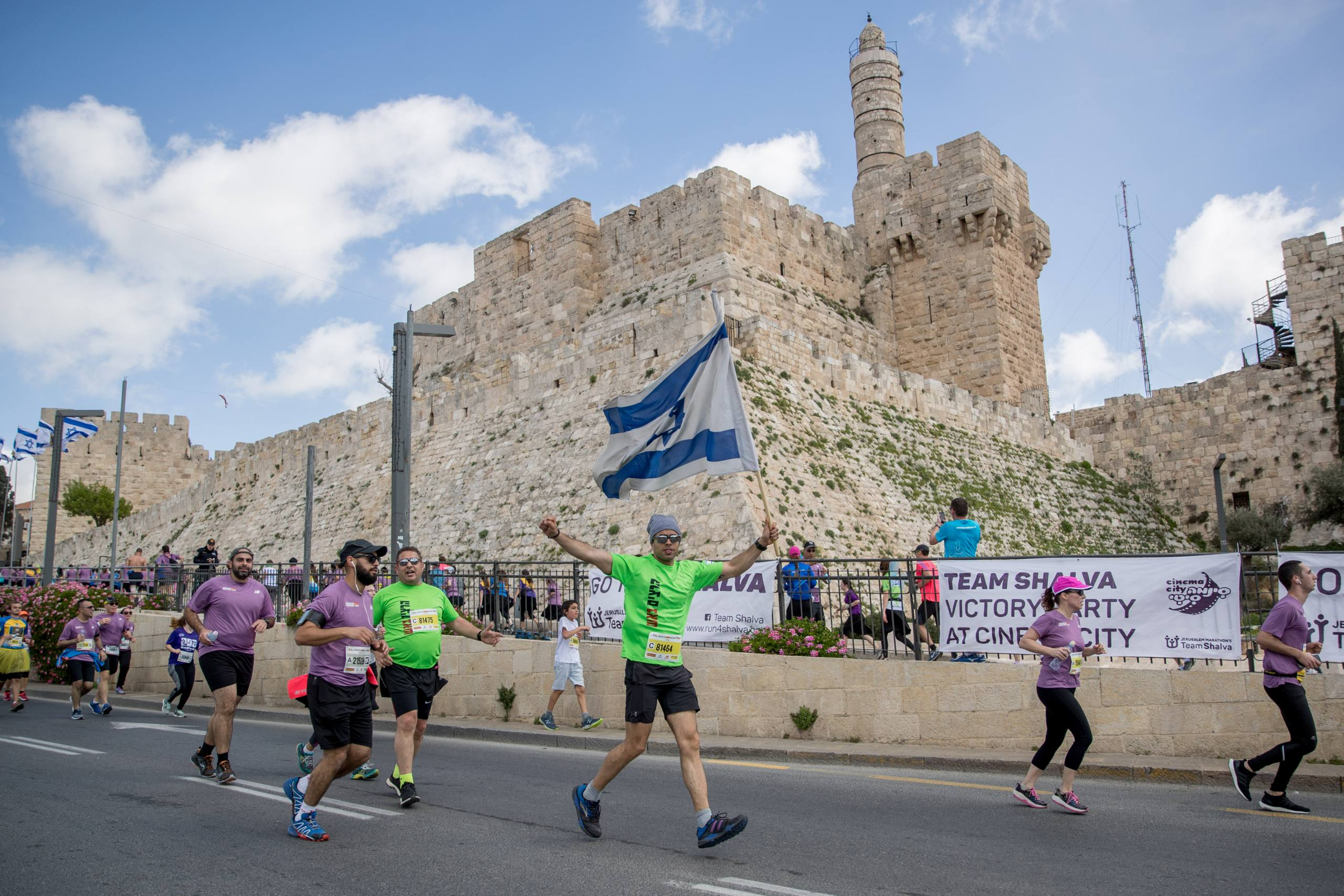 Thousands of runners take part in the 2018 international Jerusalem Marathon near the Tower of David outside Jerusalem Old City on March 9, 2018. Photo by Yonatan Sindel/Flash90 *** Local Caption *** ספורט ריצה מרתון ירושלים רצים 2018 מגדל דוד