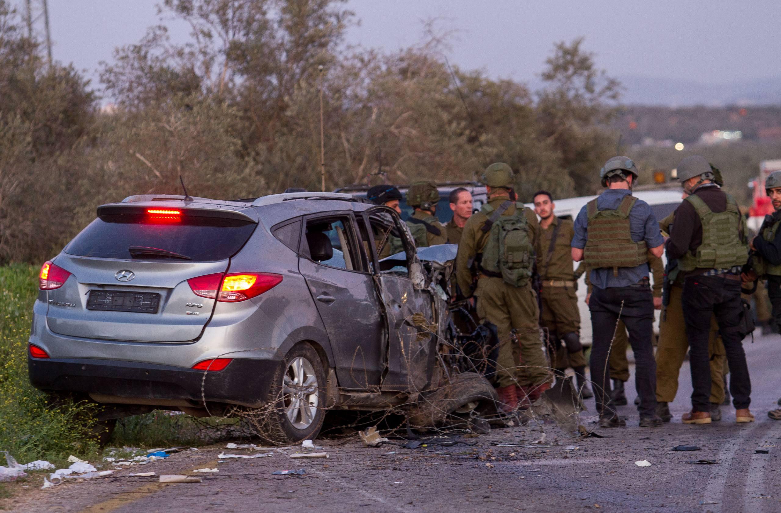 Israeli security forces at the scene of where two Israeli soldiers murdered and another two were injured in a car-ramming terror attack near Mevo Dothan, in the West Bank, March 16, 2018. Photo by Meir Vaknin/Flash90 *** Local Caption *** îáåà ãåúï öôåï äùåîøåï ôéâåò ãøéñä ùèçéí èøåø îëåðéú çééì çééìéí ôéâåò ãøéñä