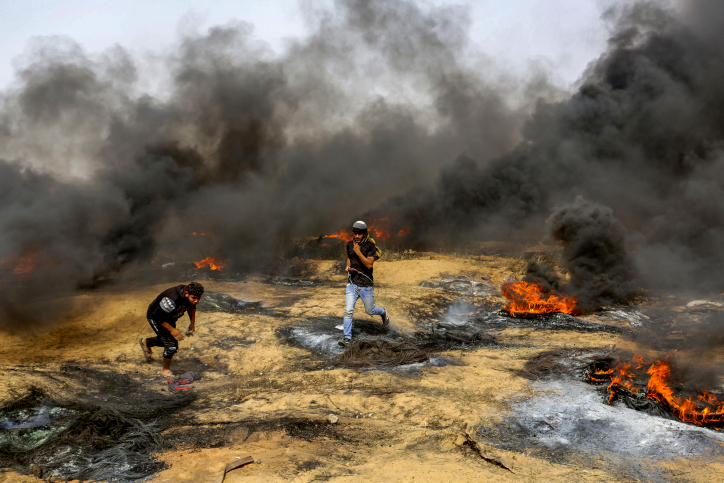 Palestinian protestors during clashes with Israeli security forces on the Gaza Israeli border east of Khan Yunis, in the southern Gaza Strip on April 20, 2018. Photo by Abed Rahim Khatib/Flash90 *** Local Caption *** ????? ??? ??????? ?????? ????? ???????? ???? ????? ??? ????? ?????? ???