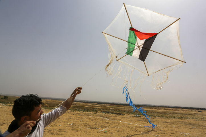 A kite with a Molotov cocktail is flown by Palestinians during clashes with Israeli security forces on the Gaza Israeli border east of Khan Yunis, in the southern Gaza Strip on April 20, 2018. Photo by Abed Rahim Khatib/Flash90 *** Local Caption *** ????? ??? ??????? ?????? ????? ?????? ???????? ???? ????? ??? ????? ?????? ???