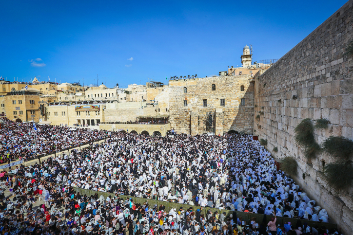 Jewish worshippers pray in front of the Western Wall, Judaism's holiest prayer site, in Jerusalem's Old City, during the Cohen Benediction priestly blessing at the Jewish holiday of Sukkot, October 8, 2017. Photo by Yaakov Lederman/Flash90 *** Local Caption *** ??? ?? ????? ????? ???? ?????? ???? ????? ?????? ???? ?????? ?? ?????