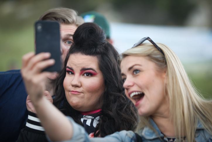 Netta Barzilai (C), the Israeli contestent in the Eurovision 2018 song contest pose for a selfie during a visit and planting trees in Zor'a Forest,  near the city of Beit Shemesh, on April 10, 2018. Photo by Yossi Zamir/Flash90 *** Local Caption *** ?????????? ?????? ?????? ??? ???? ?????? ???????? ?????? ??? ??????