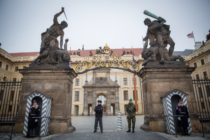 Soldiers guard by the entrance of the Prague Castle, on March 5, 2016. Photo by Noam Revkin Fenton/FLASH90 *** Local Caption *** ???? ?????? ?'???