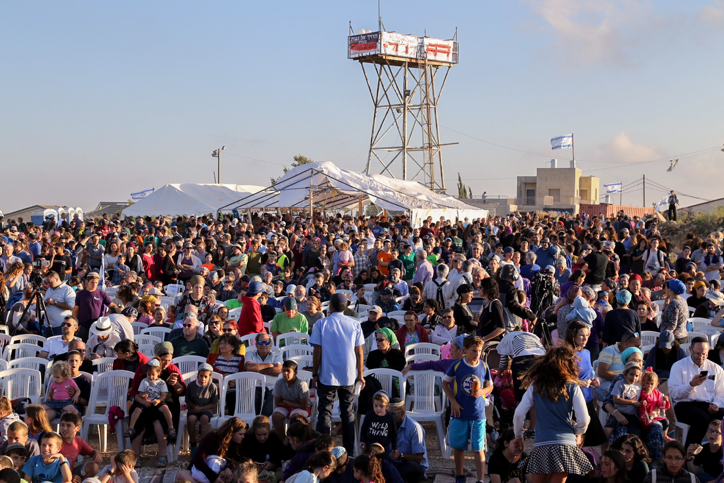 Thousands attend a rally to support Netiv Ha'avot residents, ahead of the expected evacuation and demolition of the illegal Jewish neighborhood of Netiv HaAvot in Gush Etzion, on June 11, 2018. Photo by Gershon Elinson/Flash90 *** Local Caption *** ??? ???? ???? ????? ???? ????? ?????
