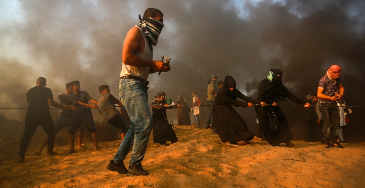 Palestinian protesters clash with Israeli security forces near the Gaza-Israel border, in Rafah, in the southern Gaza Strip city on September 28, 2018. Photo by Abed Rahim Khatib/Flash90   *** Local Caption *** ??????? ???????? ??? ???? ??????? ??????