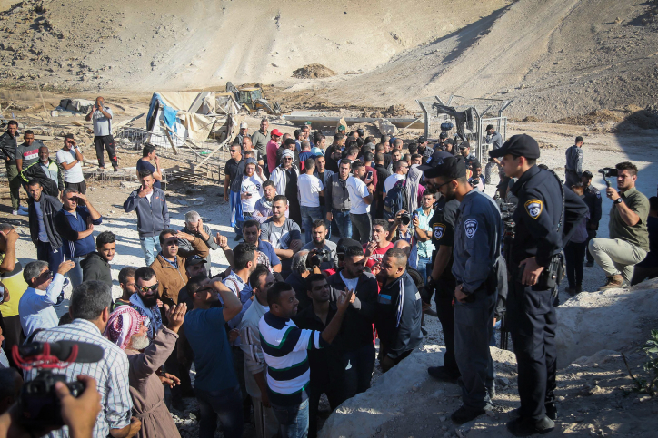 Israeli police officers guard as Israeli bulldozers work during the planned demolition of the Bedouin village of Khan al-Ahmar, in the West Bank on October 16, 2018. Photo by Flash90 *** Local Caption *** ?????? ????????? ?????? ????? ??? ????? ???? ??? ?? ????