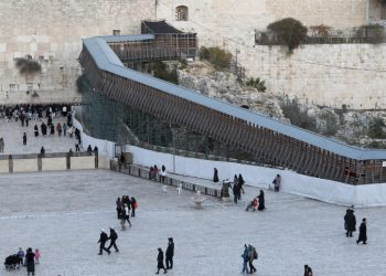 A general view of a wooden footbridge (R) leading up from the Western Wall (C) to the sacred compound where al-Aqsa mosque and the Dome of the Rock shrine (L), in Jerusalem's Old City December 11, 2011. Prime Minister Binyamin Netanyahu on Friday delayed plans at the last minute to start rebuilding the Mughrabi Bridge linking the Western Wall Plaza to the Temple Mount because of Egyptian and Jordanian concernsPhoto byNati Shohat/Flash90.   *** Local Caption *** ??? ???????? ???? ????? ??? ?????