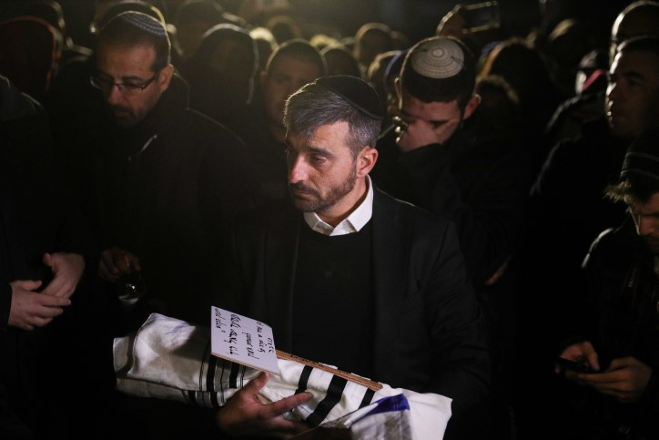 """Des centaines de personnes ont accompagné le petit Ami'ad-Israël hy""""d à sa dernière demeure"""