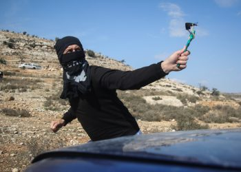 A Palestinian demonstrator hurls back a tear gas canister fired by Israeli troops during a protest against Israeli land seizures for Jewish settlements, in the village of Ras Karkar, near Ramallah in the occupied West Bank November 9, 2018.   *** Local Caption *** ?????? ???????? ?????? ??????? ?????