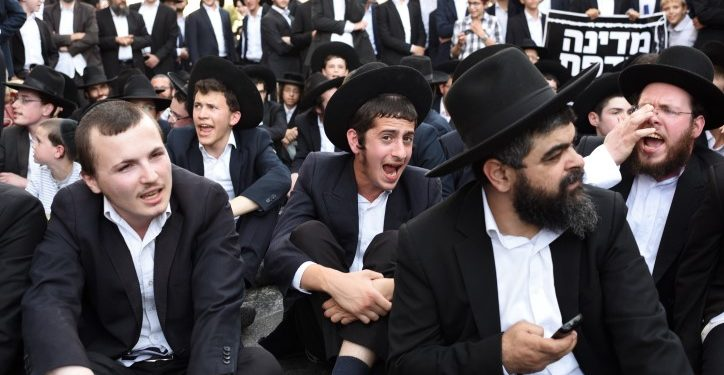 Ultra orthodox Jews clash with police as they protest against the arrest of ultra orthodox men who failed to show for their army draft in Bnei-Brak, August 6, 2018. Protesters blocked main roads and in Bnei-Brak and confronted the Police. Photo by Gili Yaari /FLASH90 *** Local Caption *** ???? ???????? ????? ??????? ??? ??? ??? ????????? ??? ??? ????? ?????? ??????