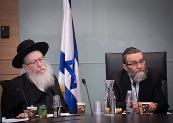 Moshe Gafni, Chairman of the Finance committee and Deputy Health Minister Yaakov Litzman attend a Finance committee meeting at the Knesset, on August 8, 2018. Photo by Yonatan Sindel/Flash90
