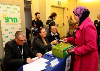 "A Meretz member casts her vote for the Meretz primary at the Tel aviv casting poll on Feb 7 2012. Photo by Yossi Zeliger/Flash90 maarivout *** Local Caption *** ??????  ?????? ??""?  ????? ??""? ??? ??? ???????"