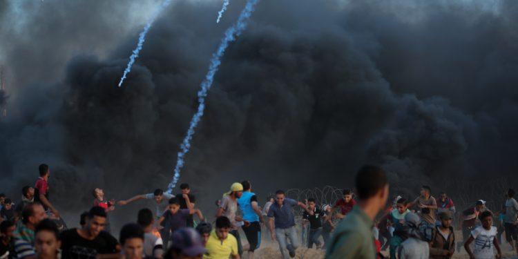 Palestinian protesters clash with Israeli troops near the Gaza-Israel border, east of the southern Gaza Strip city of Rafah, on Sept. 21, 2018. At least one Palestinian was killed and 312 were injured on Friday in clashes in eastern Gaza Strip bordering Israel, the health ministry said. Photo by Abed Rahim Khatib/Flash90   *** Local Caption *** ôìñèéðé ôìñèéðéí òæä âáåì òéîåúéí çééìéí