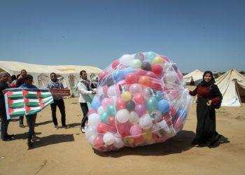 Palestinians protestors release ballons into the air at the site of a tent protest on April 9, 2018, on the Israel-Gaza border east of Khan Yunis in the southern Gaza Strip. Clashes erupted on the Gaza-Israel border a week after similar demonstrations led to violence in which Israeli force killed 19 Palestinians, the bloodiest day since a 2014 war. Photo by Abed Rahim Khatib/Flash90 *** Local Caption *** ??? ????? ??? ????? ??? ???????? ??? ???? ????? ?????? ???? ???? ??????