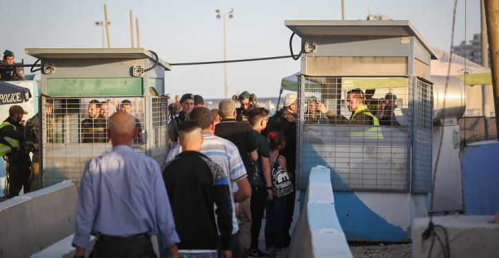 Palestinians make their way through the Israeli Kalandia checkpoint to attend the first Friday prayer of the holy fasting month of Ramadan in Jerusalem's Al-Aqsa mosque, near the West Bank city of Ramallah May 18, 2018. Photo by Flash90 *** Local Caption *** ?????? ????? ????? ???????? ????? ?????
