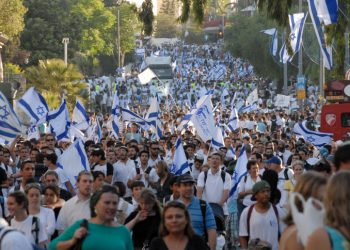 Israelis wave Israeli flags during a march celebrating Jerusalem Day in the streets of Jerusalem, Thursday, May 12, 2010. Thousands of Israeli Jewish took part in Jerusalem Day celebrations in the capital, marked the 43nd anniversary of its capture of Arab east Jerusalem in the Six Day War of 1967. Photo by GILI YAARI / FLASH90. **AGENCIES OUT** *** Local Caption *** ??? ??????? ????? ??? ???? ?????? ?????? ?????????