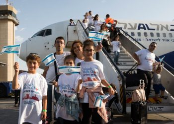 The arrival of French Jews who made aliyah, at Ben Gurion International Airport on July 10, 2017. Photo by Nati Shohat/Flash90 *** Local Caption *** ?? ?????? ????? ???? ??? ????? ???? ??????