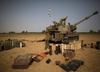 Israeli Artillery Corps soldiers seen in a field near the border with Gaza in South Israel, on the fifth day of Operation Protective Edge, July 12, 2014. Photo by Yonatan Sindel/Flash90 *** Local Caption *** ???? ??? ???? ?????? ??????? ??? ???? ??????? ??????