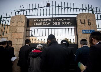 Ultra orthoodx jewish men gather to pray during a demonstration against the closure of the Tombs of the Kings site to the public, at the entrance to the site, in the east Jerusalem neighborhood of Sheikh Jarrah on January 24, 2019. Photo by Yonatan Sindel/Flash90 *** Local Caption *** ???? ?????? ??? ????? ???? ?'??? ???? ??????? ????? ??? ???? ????? ??????? ???? ?????