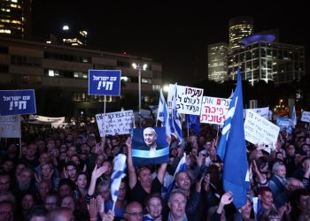 Supporters of Israeli Prime Minister Benjamin Netanyahu hold up signs in support of him, during a rally in Tel Aviv on November 26, 2019. Photo by Miriam Alster/Flash90    *** Local Caption *** ????? ??? ?????? ?????? ?????? ??? ???? ?? ????