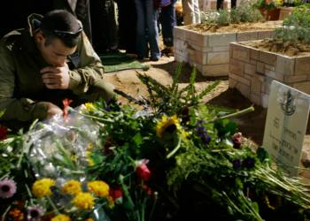 An Israeli soldier grieves by the grave of his comrade Staff Uri Grosman who was killed on Saturday during clashes with Hezbollah in southern Lebanon, during his funeral on Mount Hertzl military cemetery in Jerusalem August 15, 2006. The Uri Grosman was the son of the popular Israeli author David Grosman. Photo by Michal Fattal/ Flash90 *** Local Caption *** ???? ?????? ????? ?????? ??? ???? ?????? ??? ??? ????? ???????? ?? ???? ????? ????? ????? ???? ??? ??? ??? ???? ???  ????  ????