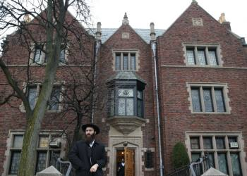 """A Chabad Chassidim follower seen walking out of the home of the Rabbi of Lubavitch in the """"770""""  International Chabad Center in Queens, NY, on December 26, 2013. Photo by Nati Shohat/Flash 90. *** Local Caption *** ???  ??""""?  ????? ??""""?  ???????  ??????????  ??  ?????  ??? ????  ??? ????  ??????  ??? ????  ????? ?????  ??????  ???? *** Local Caption *** ??? ??""""? ????? ??""""? ??????? ?????????? ?? ????? ??? ???? ??? ???? ?????? ??? ???? ????? ????? ?????? ????"""