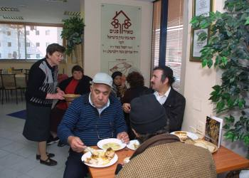 *FILE* Poor people in Jerusalem eat in a soup kitchen where they receive free meals. Photo by Flash90 *** Local Caption *** ??? ????? ???? ??? ????? ???? ???? ???? ????