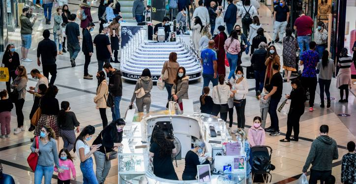 People shop at the Ayalon Mall in Ramat Gan after it reopened, November 27, 2020. Photo by Avshalom Sassoni/Flash90 *** Local Caption *** ????? ?????? ?????? ????? ???? ????? ??? ?? ?????