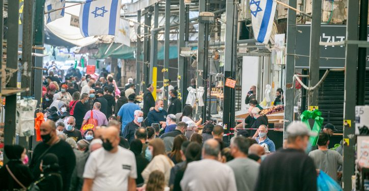 People shop at the at the market in Ramle, on January 1, 2021, during the 3rd lockdown due to the COVID-19 coronavirus pandemic. Photo by Yossi Aloni/Flash90 *** Local Caption *** ?????? ????? ?????? ???? ???? ??? ???? ?????? ????? ??? ???? ????? ????? ??? ????