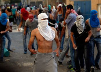 Palestinian demontrators clash with police following a demonstration in the East Jerusalem neighborhood od Issawiya, Oct. 5, 2015. Two Palestinian youths were killed in clashes with Israeli soldiers in the West Bank on Monday as fears spread of a further escalation in violence that has already killed several Israeli civilians and wounded hundreds of Palestinian protesters over the past days. The Red Crescent says 456 Palestinians have been injured in the violent protests over the last two days alone. Photo by Flash90 *** Local Caption *** ?????? ????????? ?????? ??? ???????? ?????? ????? ???? ?????? ????????
