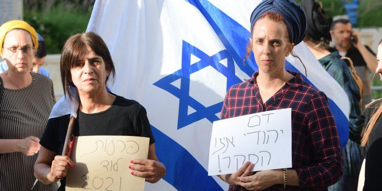 Supporters of the Israeli suspects involved in the killing of an Israeli Arab man in Lod last night amid violent riots across Israel, outside the court at Rishon le Tzion. May 11, 2021. Photo by Avshalom Sassoni/FLASH90 *** Local Caption *** çùåãéí áéøé áìéì àîù á ìåã úîéëä éîéï