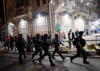 Israeli police officers clash with arabs outside the Damascus Gate in Jerusalem's Old City, during the holy Muslim month of Ramadan. April 24, 2021. Photo by Yonatan Sindel/Flash90 *** Local Caption *** ??? ??? ??????? ??????? ???? ?????? ????? ??? ??????