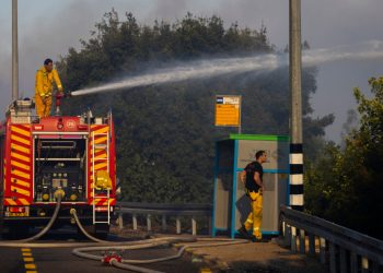 Firefighters try to extinguish a fire at moshav Giva'at Ye'arim. The forest fire has been raging in the forests outside of Jerusalem since yesterday. August 16, 2021. Photo by Olivier Fitoussi/Flash90 *** Local Caption *** ????? ??? ???? ?? ?? ??? ???? ?????