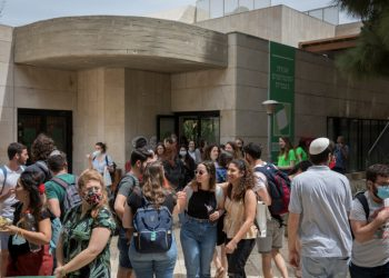 """Israeli students seen at the campus of """"Mount Scopus"""" at Hebrew University after the administration reopenned its campus for the March semester to students who have been vaccinated against or have recovered from the coronavirus on April 19, 2021. Photo by Olivier Fitoussi/FLASh90   *** Local Caption *** ??????  ???? ?? ??????  ??????????  ????????  ?????  ???????"""